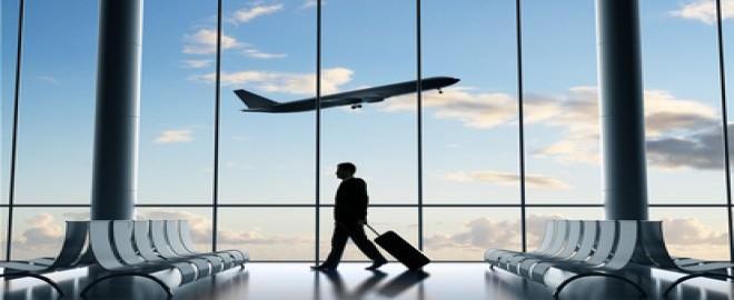 Photo terminal aeroport avec homme passant